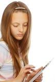 Muchacha que trabaja con la tableta portátil Foto de archivo
