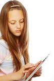 Muchacha que trabaja con la tableta portátil Foto de archivo libre de regalías