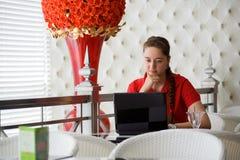 Muchacha que trabaja en café Foto de archivo libre de regalías