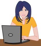 Muchacha que trabaja en el escritorio Fotografía de archivo libre de regalías