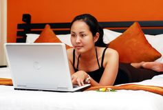 Muchacha que trabaja en el ordenador foto de archivo libre de regalías