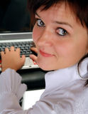 Muchacha que trabaja en el ordenador portátil Fotografía de archivo