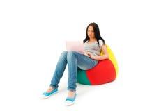 Muchacha que trabaja en la computadora portátil Fotografía de archivo
