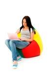Muchacha que trabaja en la computadora portátil Imagenes de archivo