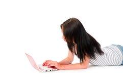 Muchacha que trabaja en la computadora portátil Imagen de archivo