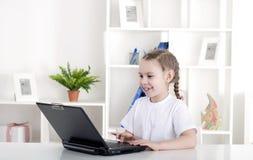 Muchacha que trabaja en la computadora portátil Imagen de archivo libre de regalías