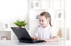 Muchacha que trabaja en la computadora portátil Fotos de archivo libres de regalías