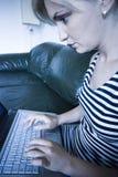 Muchacha que trabaja en la computadora portátil Foto de archivo libre de regalías