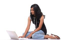 Muchacha que trabaja en la computadora portátil Fotografía de archivo libre de regalías