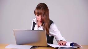 Muchacha que trabaja en la computadora portátil almacen de metraje de vídeo