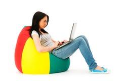 Muchacha que trabaja en la computadora portátil aislada Fotografía de archivo