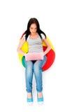 Muchacha que trabaja en la computadora portátil aislada Fotografía de archivo libre de regalías