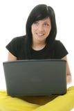 Muchacha que trabaja en su computadora portátil. Imágenes de archivo libres de regalías