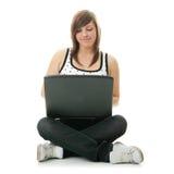 Muchacha que trabaja en su computadora portátil. Foto de archivo libre de regalías