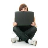 Muchacha que trabaja en su computadora portátil. Fotos de archivo libres de regalías