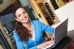 Muchacha que trabaja en un ordenador Fotos de archivo
