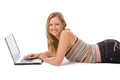 Muchacha que trabaja en una computadora portátil foto de archivo libre de regalías