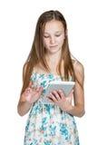 Muchacha que trabaja en una tableta Imagen de archivo libre de regalías