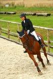 Muchacha que trota en un caballo Fotos de archivo