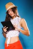 Muchacha que usa al lector del eBook de la tableta Fotografía de archivo