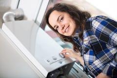 Muchacha que usa el circuito de agua de la calefacción fotos de archivo