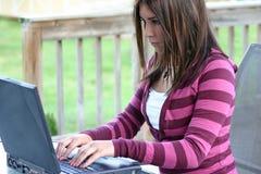 Muchacha que usa el ordenador Fotografía de archivo