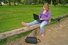 Muchacha que usa el ordenador Imagen de archivo libre de regalías
