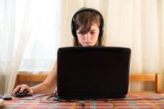 Muchacha que usa el ordenador Imágenes de archivo libres de regalías