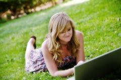 Muchacha que usa el ordenador Fotografía de archivo libre de regalías
