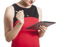 Muchacha que usa el ordenador de la tablilla Fotos de archivo libres de regalías