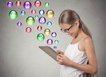 Muchacha que usa el ordenador del cojín Fotos de archivo libres de regalías