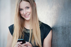 Muchacha que usa el teléfono elegante Fotografía de archivo