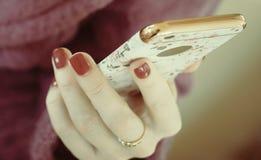 Muchacha que usa el teléfono elegante en café Mano que sostiene la pantalla elegante del blanco del teléfono tono elegante del vi Imágenes de archivo libres de regalías
