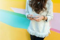 Muchacha que usa el teléfono en ciudad moderna Imagen de archivo libre de regalías
