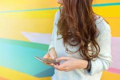 Muchacha que usa el teléfono en ciudad moderna Fotografía de archivo libre de regalías