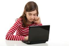 Muchacha que usa la computadora portátil Imagen de archivo libre de regalías