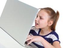 Muchacha que usa la computadora portátil Fotografía de archivo libre de regalías