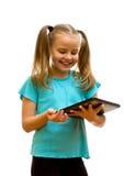 Muchacha que usa la PC de la tablilla. Imagenes de archivo