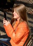 Muchacha que usa la tableta imagenes de archivo