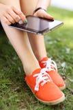 Muchacha que usa la tablilla digital Imagen de archivo