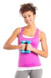 Mujer joven que ejercita con pesas de gimnasia Fotografía de archivo
