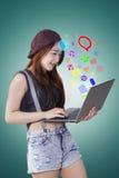 Muchacha que usa medios sociales con el ordenador portátil Fotos de archivo