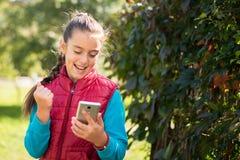Muchacha que usa smartphone Fotos de archivo