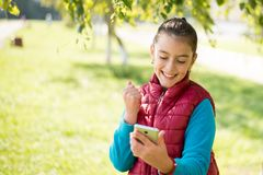 Muchacha que usa smartphone Fotografía de archivo