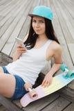 Muchacha que usa smartphone moderno grande del phablet Fotos de archivo