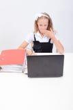 Muchacha que usa su ordenador portátil Fotos de archivo libres de regalías