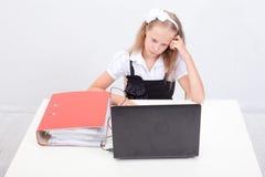 Muchacha que usa su ordenador portátil Imagenes de archivo