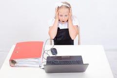 Muchacha que usa su ordenador portátil Fotografía de archivo libre de regalías
