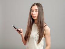 Muchacha que usa su smartphone Fotografía de archivo libre de regalías
