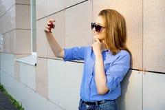 Muchacha que usa un smartphone Imagen de archivo